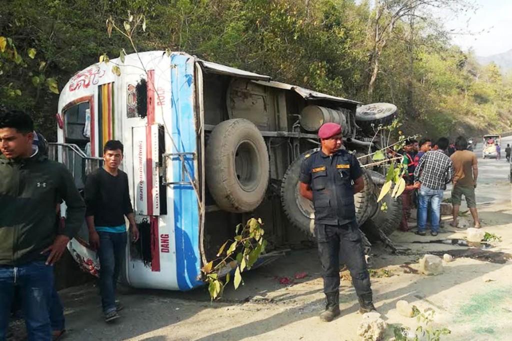 भारतबाट घर फर्कनहरु चढेको बस दुर्घटना, ११ जनाको मृत्यु