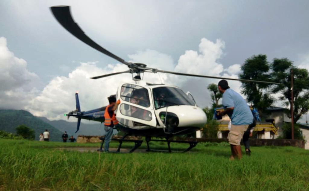 पहिरोमा परि गंभिर घाइते युवातीको हेलिकोप्टर मार्फत उद्धार